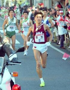 第72回東京箱根間往復大学駅伝競走・第1日。2区で8人抜きの快走を見せ、トップに立った早大・渡辺康幸。神奈川・鶴見~戸塚間で。1996年1月2日