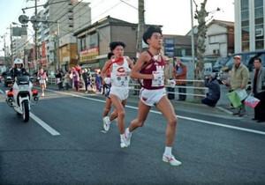 第71回東京箱根間往復大学駅伝競走・第1日。早大・渡辺康幸(手前右)が2区で驚異の1時間6分48秒の区間新を出し、7人抜きの快走を見せた。後ろは中大・松田和宏。神奈川・鶴見~戸塚間で。1995年1月2日