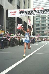 第70回東京箱根間往復大学駅伝競走最終日。山梨学院大のアンカー・尾方剛がガッツポーズしながらゴール。山梨学院大は10時間59分12秒の新記録で総合優勝を飾った。東京・千代田区の読売新聞社前で。1994年1月3日