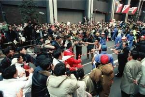 第69回東京箱根間往復大学駅伝競争最終日。復路10区、早大・富田雄也(中央右)がトップでゴールし、チームメイトの歓喜の輪の中へ飛び込む。早大が往路復路完全優勝を遂げた。東京・千代田区の読売新聞社前で。1993年1月3日