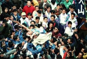 第68回東京箱根間往復大学駅伝最終日。山梨学院大が優勝し、ゴールで待ち構えていた仲間達がアンカー・野溝幸弘(中央)を胴上げして大喜び。山梨学院大は戦後最短のわずか6回の出場回数で総合優勝を飾った。東京・千代田区の読売新聞社前で。1992年1月3日