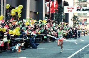 第66回東京箱根間往復大学駅伝競争第2日。復路。10区、大東大のアンカー・野尻和彦がビルの谷間にこだまする大声援の中、ゴールイン。往路優勝の大東大が大量リードに守られて復路も優勝。14年ぶり3度目の総合優勝を飾った。東京・千代田区の読売新聞社前で。1990年1月3日