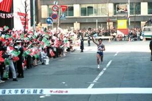 第65回東京箱根間往復大学駅伝競走最終日。復路。10区、「タツミ・コール」に包まれて順天堂大・巽博和はガッツポーズでゴール。順天堂大が完全優勝で4連覇達成。東京・千代田区の読売新聞社前で。1989年1月3日