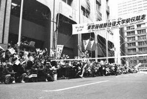 第64回東京箱根間往復大学駅伝最終日。紙テープ、紙吹雪の舞う中、大声援に迎えられ、ガッツポーズでゴールに飛び込む順大のアンカー、10区の山田和人。順天堂大は3年連続、7回目の優勝。東京・大手町の読売新聞社前で。1988年1月3日