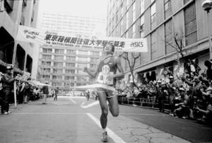 第63回東京箱根間往復大学駅伝競走最終日。復路・10区、順大のアンカー・工藤康弘が首位で歓喜のテープを切る。順天堂大は2年連続2度目の復路優勝、2年連続6度目の総合優勝を達成。東京・大手町の読売新聞社前で。1987年1月3日