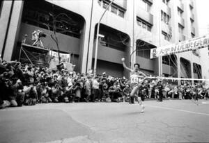 第62回東京箱根間往復大学駅伝競走。右手を天に突き上げガッツポーズでゴールテープを切る順天堂大のアンカー、10区・工藤康弘。2分6秒のアヘッドを見事にひっくり返す快走だった。東京・千代田区大手町の読売新聞社前で。1986年1月3日