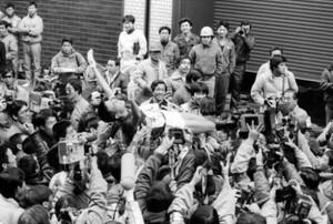 第61回東京箱根間往復大学駅伝競走最終日。早大が2連覇を決め、胴上げに酔うアンカーの豊福嘉弘(中央)。東京・千代田区の読売新聞社前で。1985年1月3日