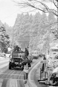 第61回東京箱根間往復大学駅伝競走最終日。山くだりの6区を、降りしきる雪をものともせずに飛ばす早大・赤堀正司。神奈川・箱根町で。1985年1月3日撮影。1月4日