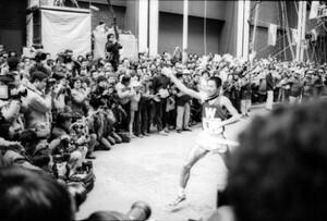 第60回東京箱根間往復大学駅伝競走最終日。右手をあげてゴールインする早大アンカーの遠藤司(右)。遠藤は区間新記録の快走をみせ、早大の完全優勝。東京・千代田区の読売新聞社前で。1984年1月3日