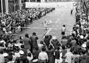 第56回東京箱根間往復大学駅伝競走。復路。総合優勝を決めガッツポーズでゴールする日体大10区・坂本充(中央)。東京・大手町の読売新聞社前で。1980年1月3日