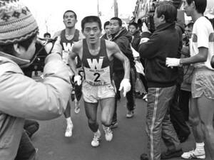 第56回東京箱根間往復大学駅伝競走。往路。1区石川からタスキを受け取る早大・瀬古利彦(中央)。瀬古は区間新記録を達成した。神奈川県で。1980年1月2日