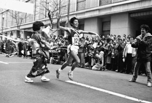 第55回東京箱根間往復大学駅伝競走。13年ぶりの総合優勝となった順天堂大のアンカー・村松学が、ガッツポーズでゴールテープを切る。東京・大手町の読売新聞社前で。1979年1月3日