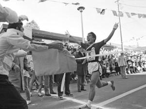 第55回東京箱根間往復大学駅伝第1日。往路。順天大のアンカー・上田誠仁が早大を逆転してゴール。根くらべの5区・山登りで早大を逆転し、往路優勝のヒーローとなった。箱根・芦ノ湖駐車場のゴールで。1979年1月2日