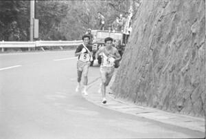 第52回東京箱根間往復大学駅伝競争第1日 第5区。小田原をスタートして8キロ、大東大・大久保初男(右)が日体大・興水(左)を抜き首位奪回。大東大が往路優勝した。神奈川・箱根で。1976年1月2日