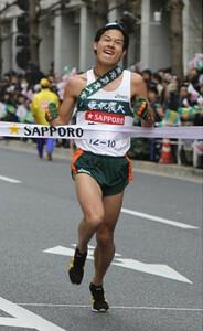 ◆第86回箱根駅伝・復路(3日)ガッツポーズでゴールした総合5位の東京農大・木下潤哉