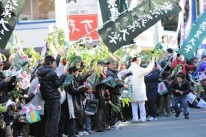 ◆第86回箱根駅伝・往路(2日)東農大のファンや応援団が沿道で名物のダイコンを振って応援した