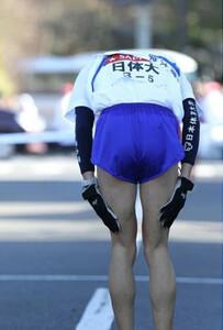◆第86回箱根駅伝・往路(2日)3位でゴールし、頭を下げる日体大・長尾