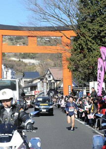 ◆第86回箱根駅伝・往路(2日)箱根神社前ををトップで独走する第5区の東洋大・柏原
