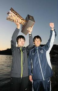 ◆第86回箱根駅伝・往路(2日)2年連続往路優勝に貢献した東洋大・柏原竜二は(左)は酒井俊幸監督と芦ノ湖畔で笑顔を見せる