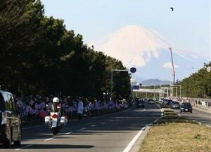 ◆第86回箱根駅伝・往路(2日)平塚中継所手前に見えた新春の富士山