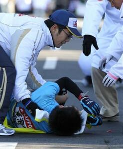 ◆第86回箱根駅伝・往路(2日)12位でゴールした東海大・金子は、精魂尽き果てて倒れ込んだ