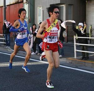◆第86回箱根駅伝・往路(2日)1区、力走する中央学院大・三浦隆稔
