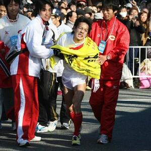 ◆第86回箱根駅伝・往路(2日)5区、4着でゴールし厳しい表情で崩れ落ちる中大・大石港与