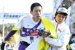 ◆第86回箱根駅伝・往路(2日)5区、8位でゴールする駒大・深津卓也