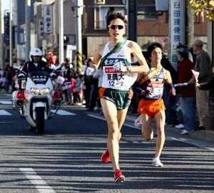 ◆第86回箱根駅伝・往路(2日)2区を力走する東農大・外丸和輝(右は法大・近藤洋平
