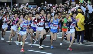 ◆第86回箱根駅伝・往路(2日)読売新聞社前から、108キロ先の箱根を目指してスタートを切った各校の精鋭ランナーたちは、序盤から激しいつばぜりあいを繰り広げた