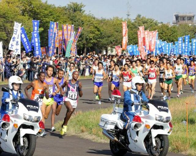 第89回東京箱根間往復大学駅伝競走予選会(20日、国営昭和記念公園)先頭を走る日大のG・ベンジャミン(左から4人目、143番)。左から2人目は日本人トップの中央学大・藤井啓介