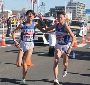 神奈川大3区・越川堅太(左)