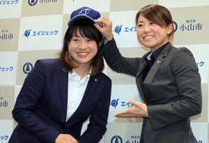 吉田えり選手兼監督(右)から帽子をかぶせてもらう、川端友紀選手兼ヘッドコーチ(カメラ・軍司 敦史)