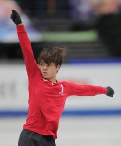 公式練習で演技する宇野昌磨