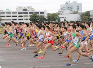 陸上自衛隊立川駐屯地の滑走路でスタート切る18年箱根駅伝予選会の出場選手たち