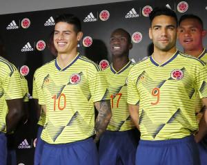 サッカーコロンビア代表のFWハメス・ロドリゲス(左)、FWファルカオ(左から3人目)ら