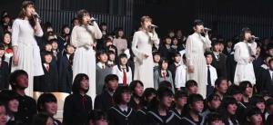卒業生と合唱を行うLittle Glee Monster(C)TBS