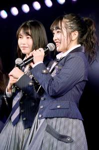 劇場公演に出演した前総監督の横山由依(左)と新総監督の向井地美音