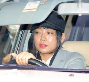 自ら車を運転し、裕也さんの自宅に入る也哉子さん