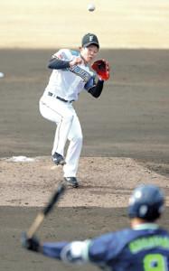 5回無死一塁、中山の中前打にグラブを出す吉田輝(カメラ・関口 俊明)