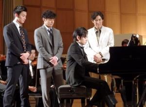 ドラマ「砂の器」制作発表でピアノを弾く中島健人(左から3人目)と、聴き入る(左から)野村周平、東山紀之、1人おいて高嶋政伸