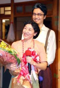 2月27日、「まんぷく」がクランクアップし笑顔をみせる安藤サクラ(右は長谷川博己)