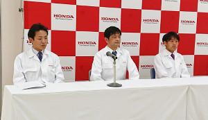 現役引退を発表したリオ五輪男子マラソン代表の石川末広(右=左から小川智新監督、大沢陽祐監督)