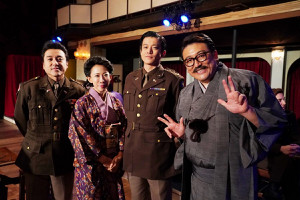 サプライズで豪華4ショットとなった(左から)ムロ、蜷川氏、小栗、福田氏(C)テレビ東京