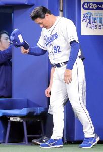 敗戦後、グラウンドに一礼して引き揚げる中日・与田監督