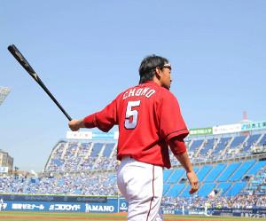 横浜戦の試合前に素振りで備える長野