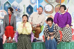 叫ぶ沢松奈生子さん(前列左)