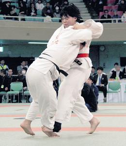 女子無差別級準決勝で前に出て攻める順心・米川(右)