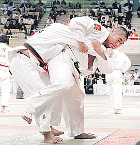 作陽戦で果敢に攻める加藤学園・深井(右)