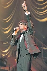 コンサートで熱唱する城田優